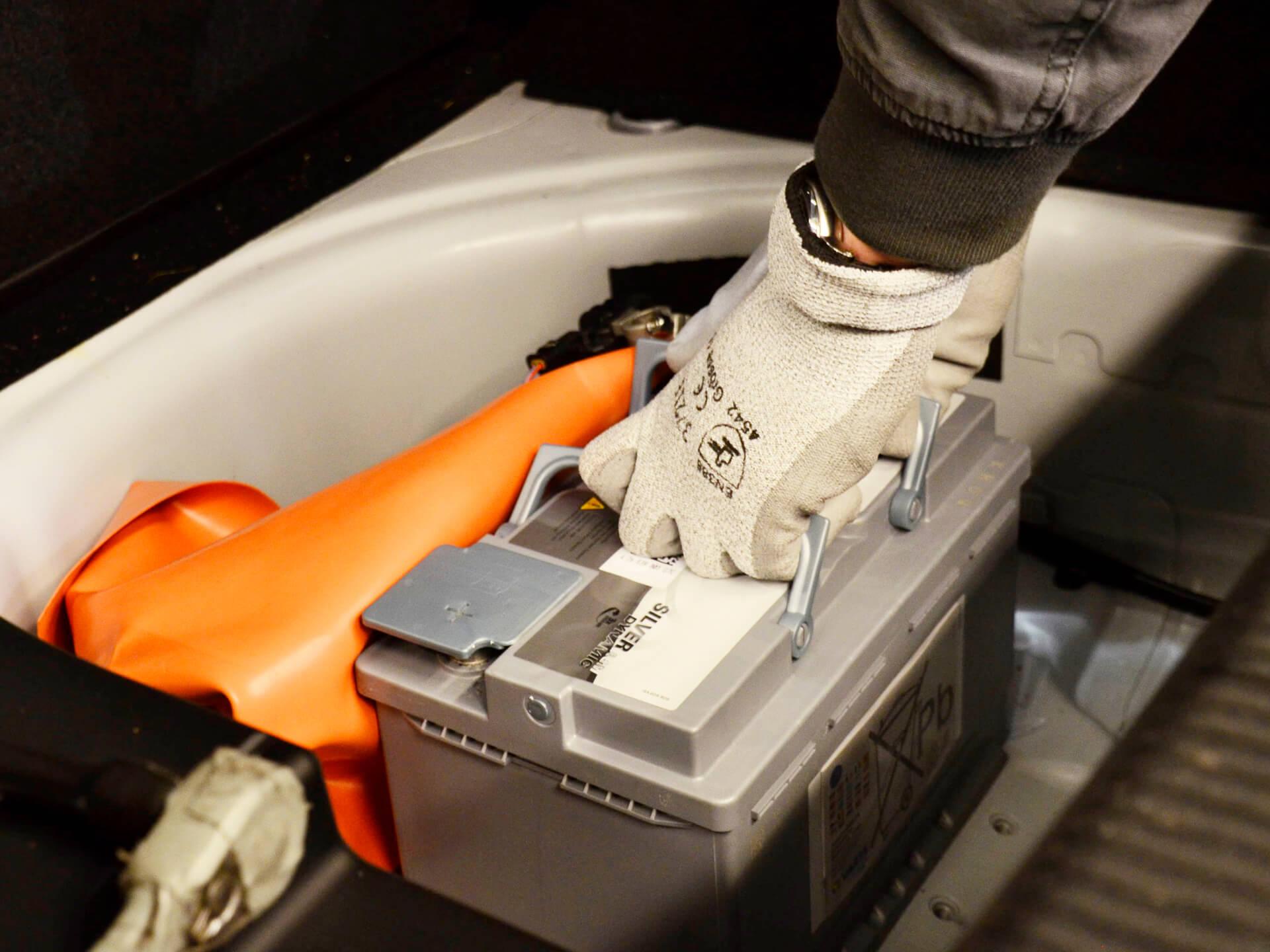 Eine Batterie wird eingesetzt